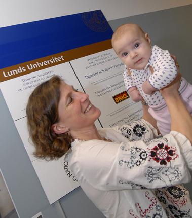 Barnläkare Helena Elding Larsson med liten patient