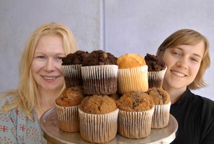 Marju Orho-Melander och Emily Sonestedt med muffinsfat