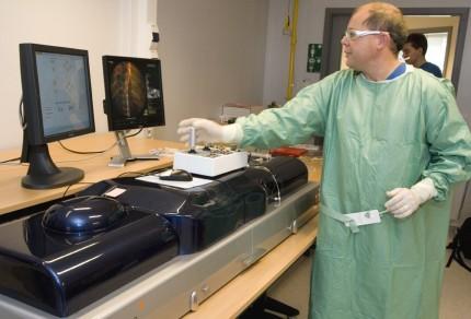 Göran Olivecrona visar simulatorn för ballongvidgning vid Practicum Skånes universitetssjukhus.