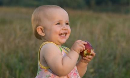 Litet barn äter frukt