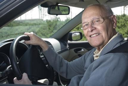 Äldre manlig bilförare
