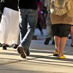 människor som går på en gata - vy av ben