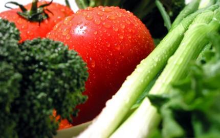 Färska grönsaker med vattendroppar