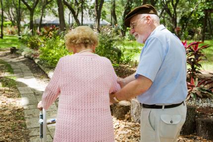 en äldre man tar hand om sin fru