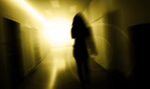 Diffus bild av kvinna i korridor