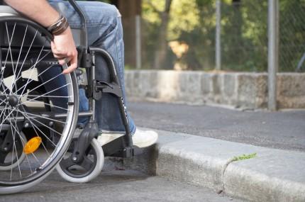rullstolsburen vid trottoarkant