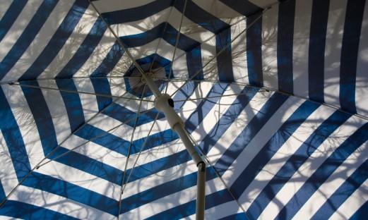 solparasoll med blå och vita ränder