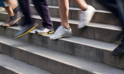 närbild fötter på väg ner för en trappa