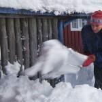 man skottar snö