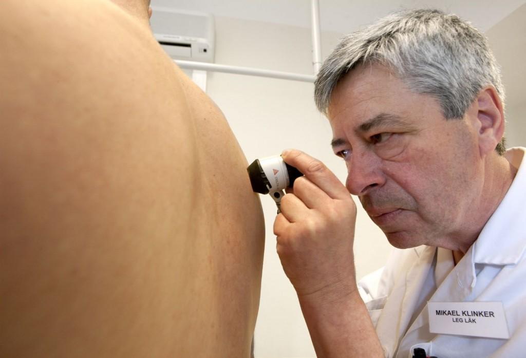 Mikael Klinker undersöker en patient