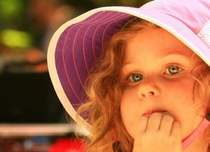 flicka med solhatt