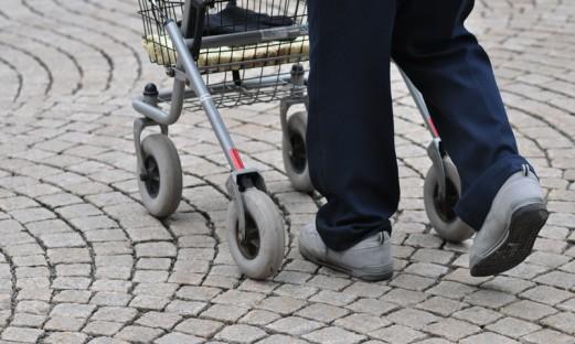 äldre person med rollator