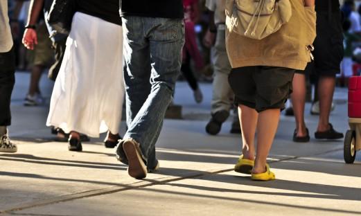 människor som promenerar på en gata, bild på ben
