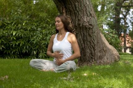 Åsa Marsal utövar yogaandning