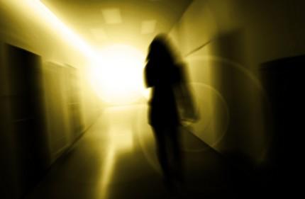 Kvinna under psykisk stress gående i korridor