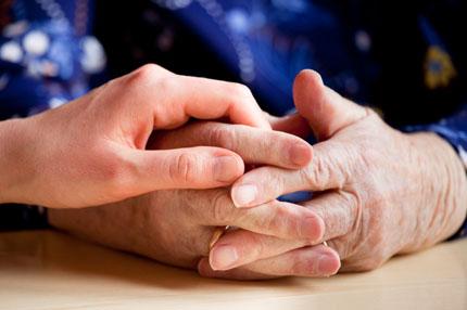 en ung och en gammal hand möts