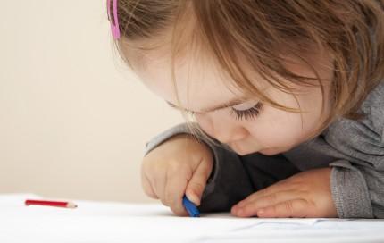 barn som ritar