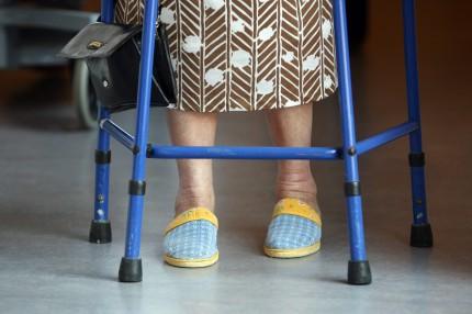 foetter aeldre kvinna med stoed