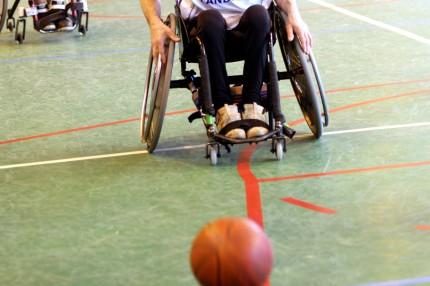 handikappbasket, person i rullstol med boll