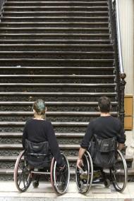 rullstol framfoer en trappa