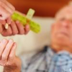 äldre man får läkemedel