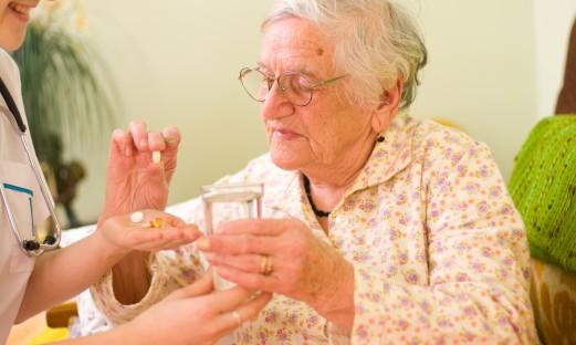 aeldre kvinna faar sina mediciner