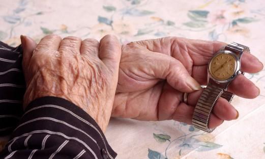 aeldre med gammal klocka