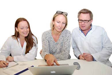 Karin Jirström (i mitten) och hennes medarbetare Marie Fridberg och Björn Nodin studerar mikroskopbilder i datorn.