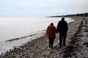 äldre par på stranden