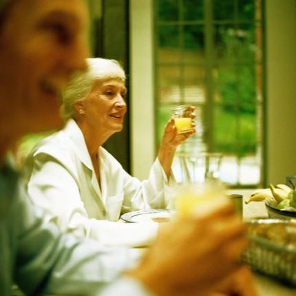 kvinna som dricker juice