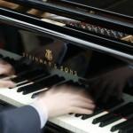 piano och haender som spelar