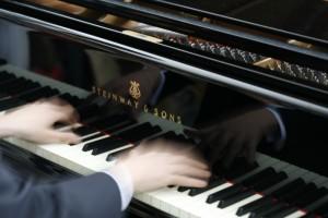 pianoklaviatur med händer som spelar