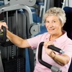 aeldre kvinna paa gym