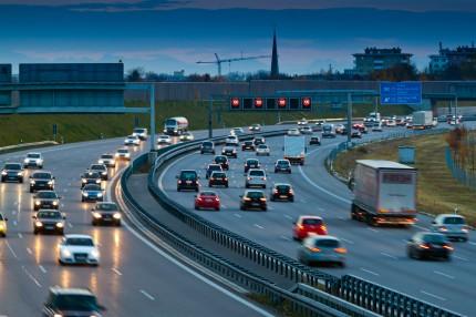 bilar på motorväg