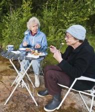 äldre på picknick