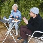 Tvaa aeldre kvinnor paa picknick