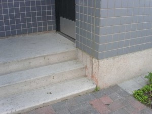 höga trappsteg vid entré