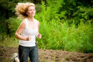kvinna som joggar i skogen