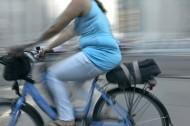 kvinna som cyklar