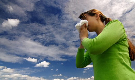 Ung kvinna snyter sig på grund av allergi