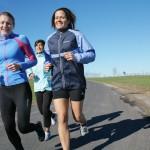 unga kvinnor som joggar