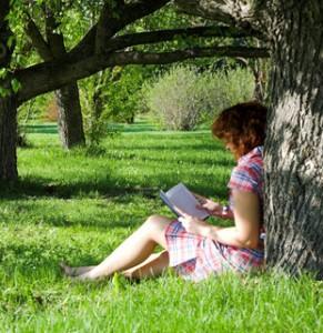 läsa en bok i trädgården