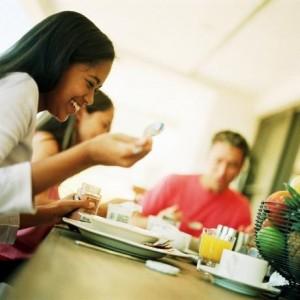 tonåringar som äter