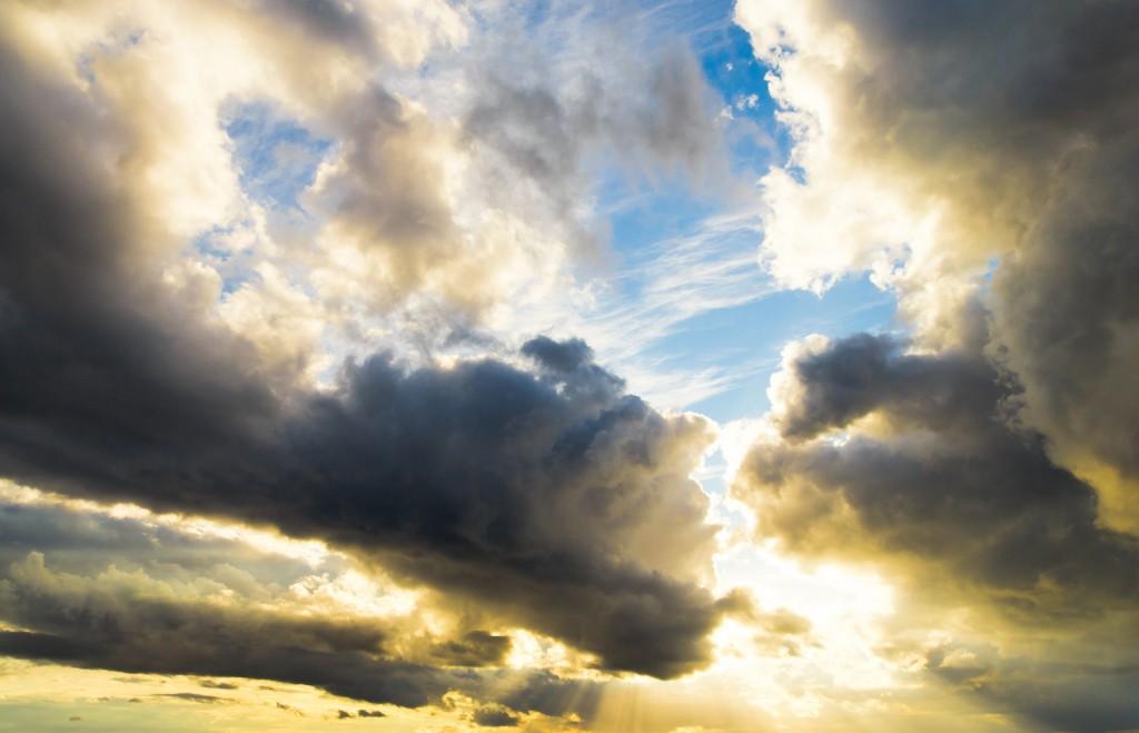 bilden visar en himmel med lite blå himmel men också mörka hotfulla moln