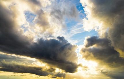 sol och mörka moln