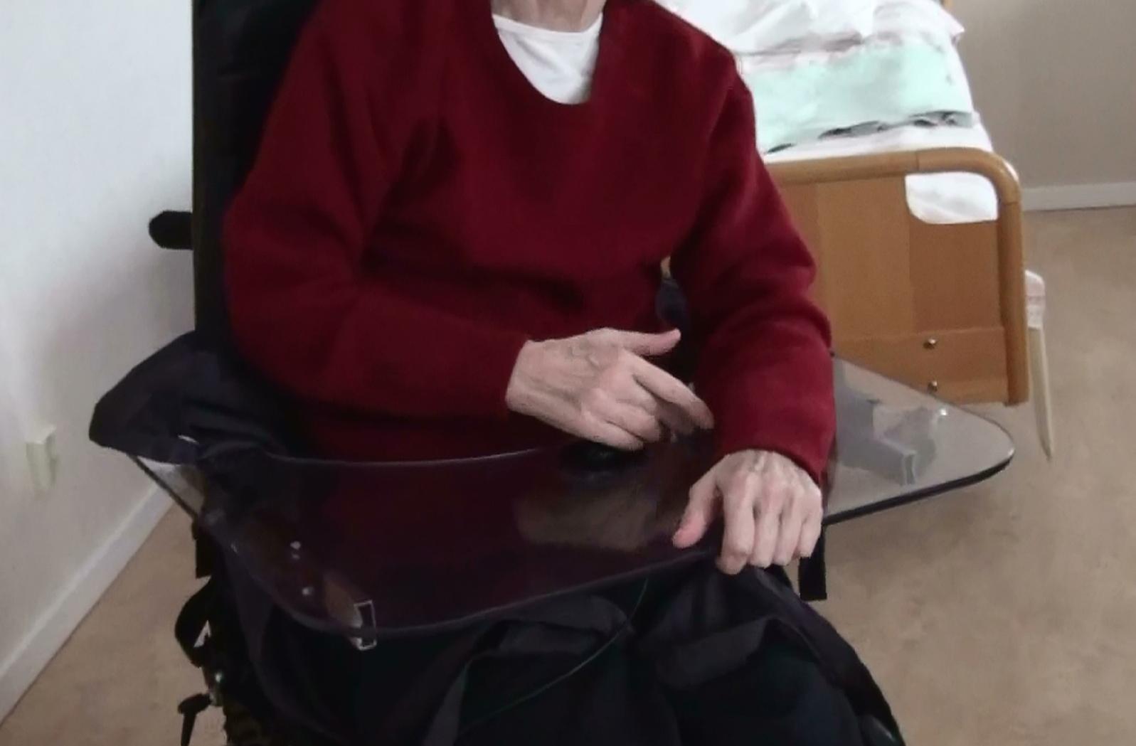 En äldre dam med demens övar i elrullstol. Foto: Lisbeth Nilsson