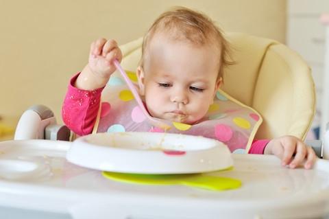 baby äter