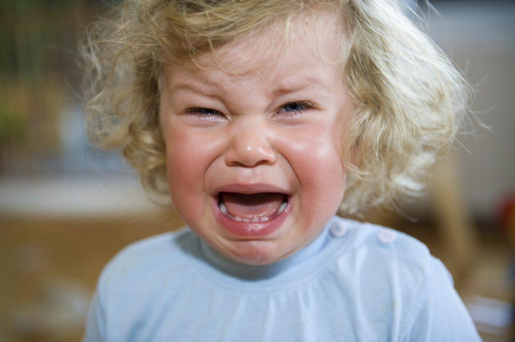 Bilden visar en liten flicka som gråter