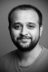 Porträttfoto i svartvitt av Deepak Raina