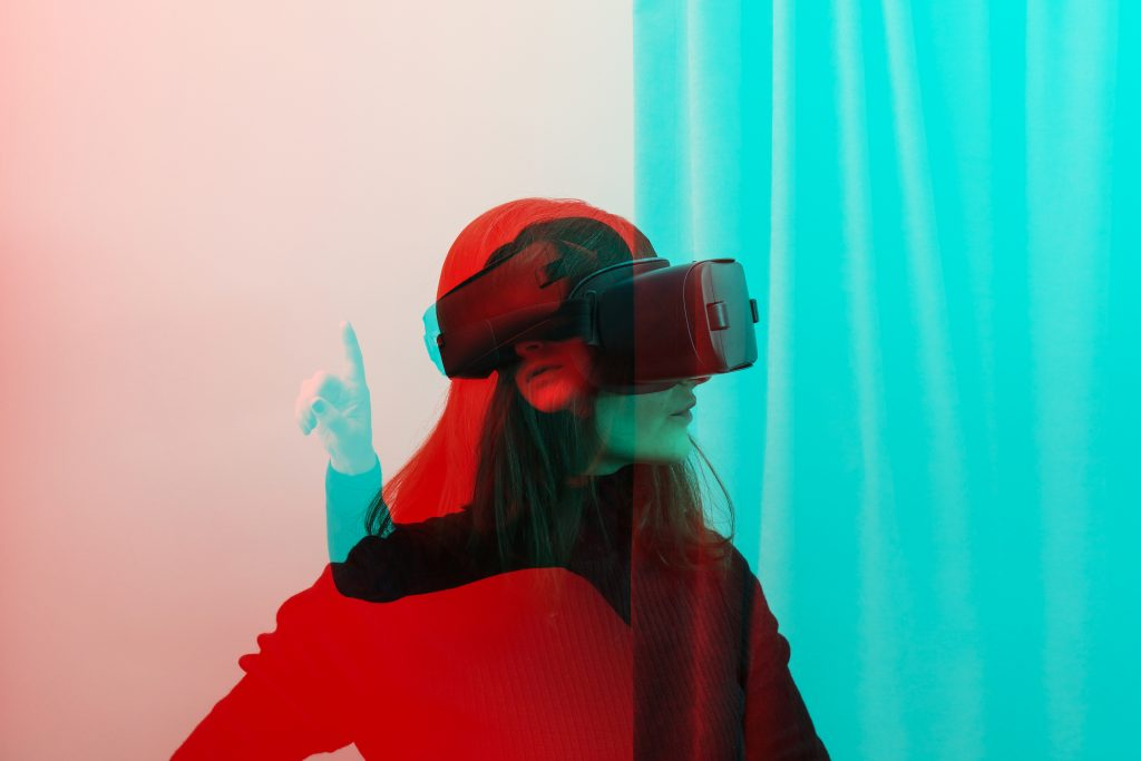 Foto på person med virtual reality-glasögon.